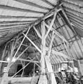 Interieur schuur, overzicht houten kapconstructie met gebinten - Alphen - 20328616 - RCE.jpg