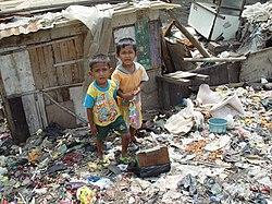 Duas crian�as em uma favela em Jacarta, Indon�sia.