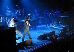 Lavalle esiintyvä bändi;  mieslaulaja, jolla on päähine, sekä kitaristi, rumpali, basisti ja kolme naislaulajaa