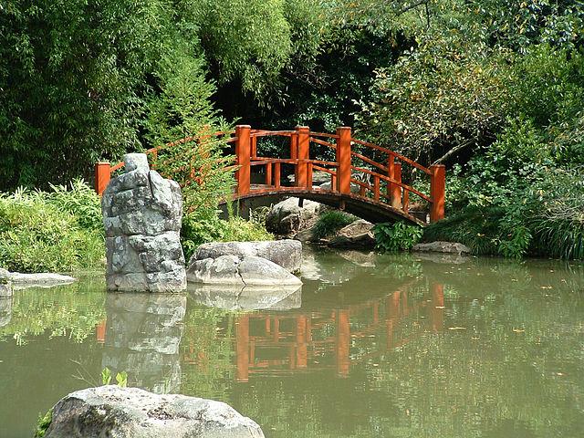 File:Japanese bridge in the Birmingham Botanical Gardens.jpg ...