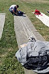 Jerzy Wojtas, pakowanie spadochronu, Gliwice 2017.08.15 (02).jpg