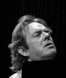 Photo of Jimmy Webb singing at the piano