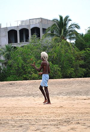 Playa Zipolite - Man juggling on the beach