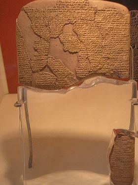 Tablilla de barro con el tratado firmado entre Hattusil y Ramsés. Versión encontrada en Boghazköi. (Museo de Estambúl).