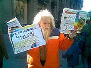 Kauko Nieminen selling his works on the street