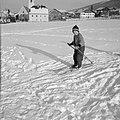 Kind met ski's in de sneeuw met op de achtergrond Sistrans en het Karwendel-gebe, Bestanddeelnr 254-4368.jpg