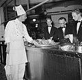 Koks en obers aan het werk in de keuken van restaurant Wivex, Bestanddeelnr 252-9143.jpg