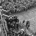 Koningin Juliana bij het stadhuis van Zaamslag in gesprek met illegale werkers, Bestanddeelnr 900-4036.jpg
