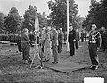 Koningin Juliana reikt vaandels uit aan de Infanterie Kazerne te Amersfoort, Bestanddeelnr 904-7971.jpg