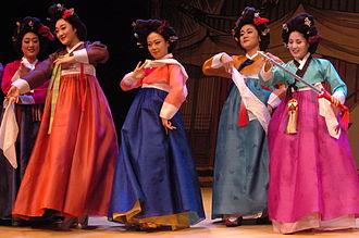 Gache - Image: Korean women wearing hanbok and gache