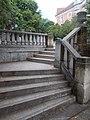 Lépcsők az I. világháborús emlékműnél, Hősök tere, 2017 Dorog.jpg