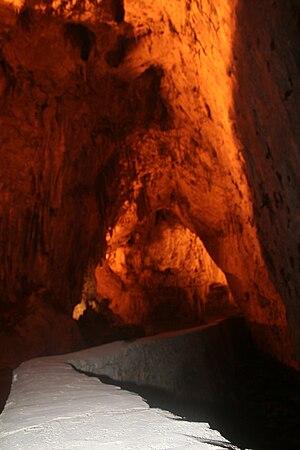 Interior de la Cueva de Cuevas, en el concejo ...