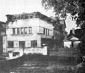Robert M. Lamp House - The Lamp House originally had a trellised side fence and a roof garden pergola, as shown here in a ca. 1910 photo published later in the Wisconsin State Journal.