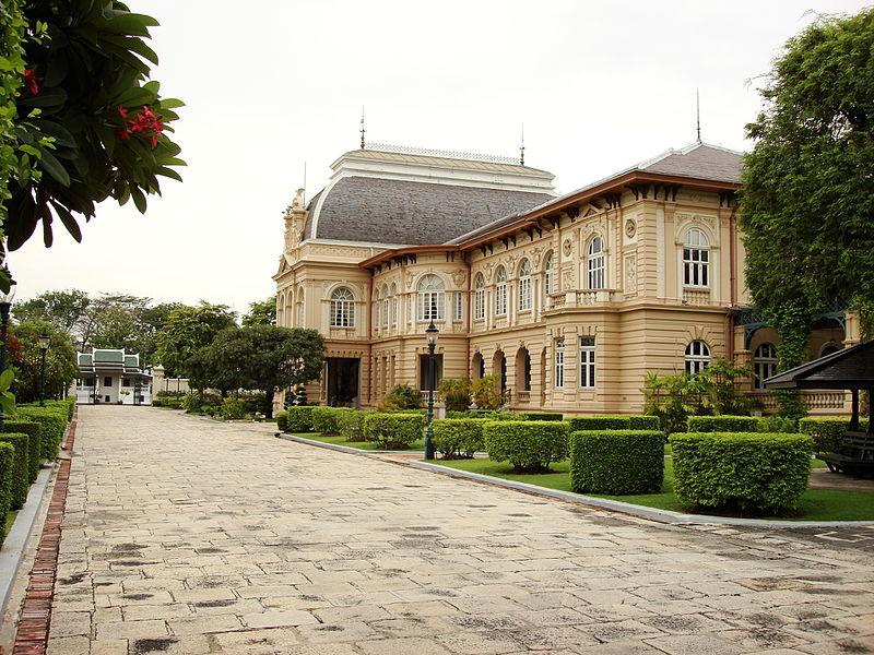 File:Lascar Phra Thinang Borom Phiman - Grand Palace (4509780272).jpg