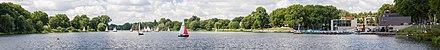 Übung des Segelclubs Hansa Münster bei gutem Wetter auf dem Aasee; rechts der Anleger, die Aaseetreppen und Gastronomie