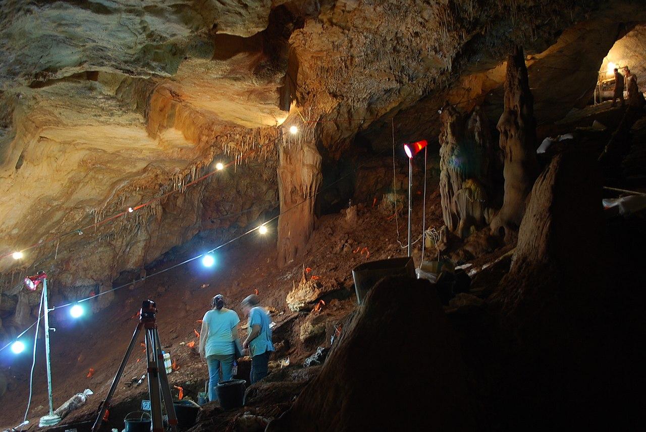 Fouilles dans la grotte de Manot Cave en Israël / CC BY-SA 3.0 Manot Cave Expedition, septembre 2011