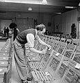 Man bevestigt labels aan klapstoelen, Bestanddeelnr 255-8541.jpg