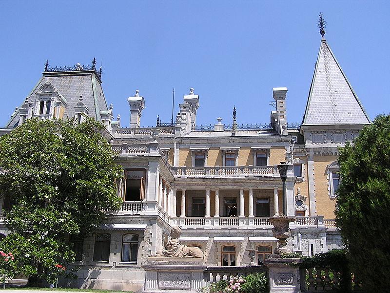 http://upload.wikimedia.org/wikipedia/commons/thumb/3/3e/Massandra_palace_052.jpg/800px-Massandra_palace_052.jpg