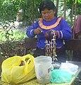 Mujer de Bena Jema tallando artesania.JPG