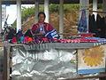 Mujer de la tribu Hmong vendiendo en un puesto, Triángulo de Oro (Tailandia).jpg