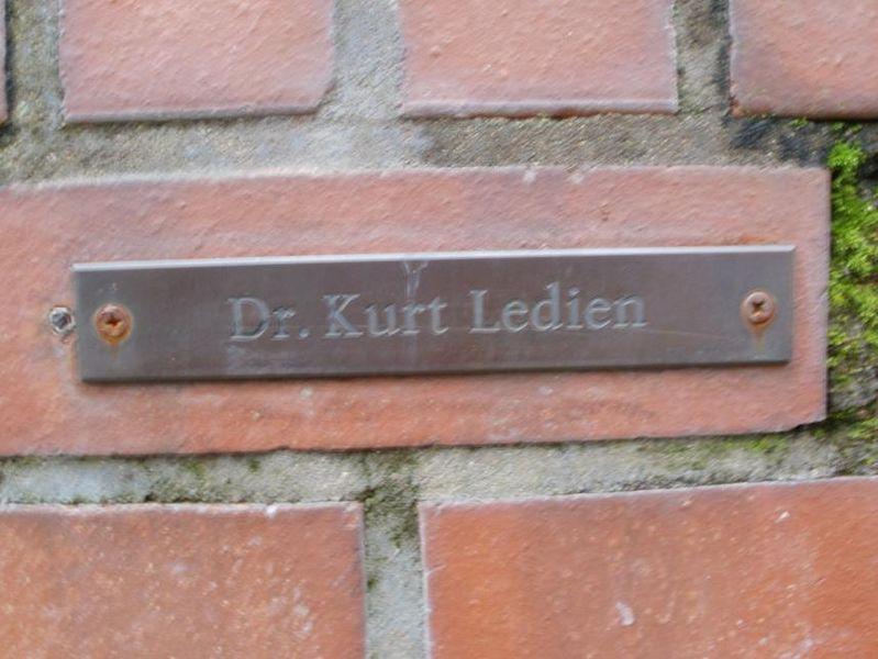 File:Namensschild Gedenkstätte Dr. Kurt Ledien.JPG