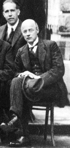 File:Niels BohrUpOwenWillansRichardsonDownSolvay1927.JPG