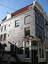 foto van Hoekhuis, voorgevel aan de eerste leliedwarsstraat onder rechte lijst en met gedenksteen