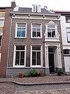 foto van Pand, waarvan de lijstgevel een gebeeldhouwde Lodewijk XV-omlijsting van het venster boven de deur heeft