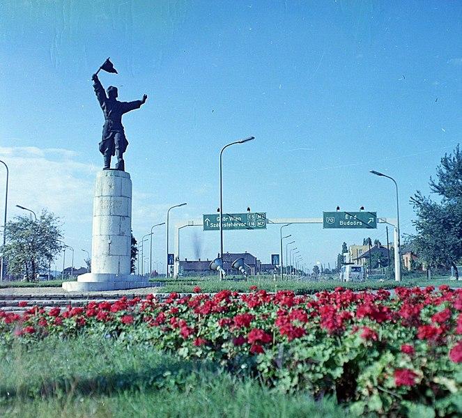 File:Osztapenko szobor az M1-M7 közös szakaszánál, jobbra a Budaörsi út. Fortepan 94776.jpg