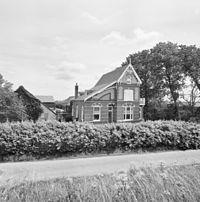 Overzicht voorgevel en linker zijgevel, villa-achtig woonhuis van boerderij - Brouwershaven - 20352433 - RCE.jpg