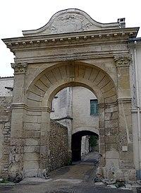 P1000261 Cloitre saint-Cesaire entree reductwk.JPG