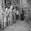 Paasviering. Cordon van politie bij toegang Heilige Graf kerk, Bestanddeelnr 255-5236.jpg