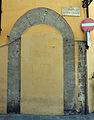 Palazzo Borghini, porta tamponata su borgo santa croce.JPG