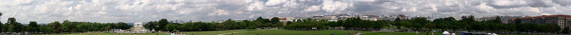 Панорамный снимок центра города от монумента Вашингтону. Панорама охватывает направления от юго-запада до северо-востока. Можно увидеть мемориал Линкольну и Белый дом