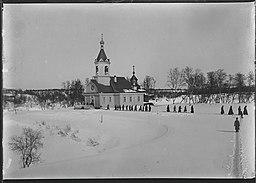 Petsamo klosterkirke i vinterlandskab omkring 1911.   Præster på vej hjem.   Foto:   Ellisif Wessel