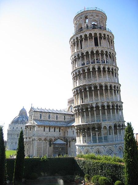 Пизанская башня проектировалась вертикальной