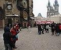 Praha, Staroměstské náměstí, turisti před Orlejem.JPG
