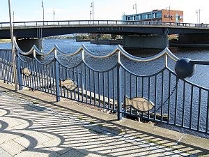 Princess of Wales Bridge - Image: Princess of Wales Bridge from north bank upriver