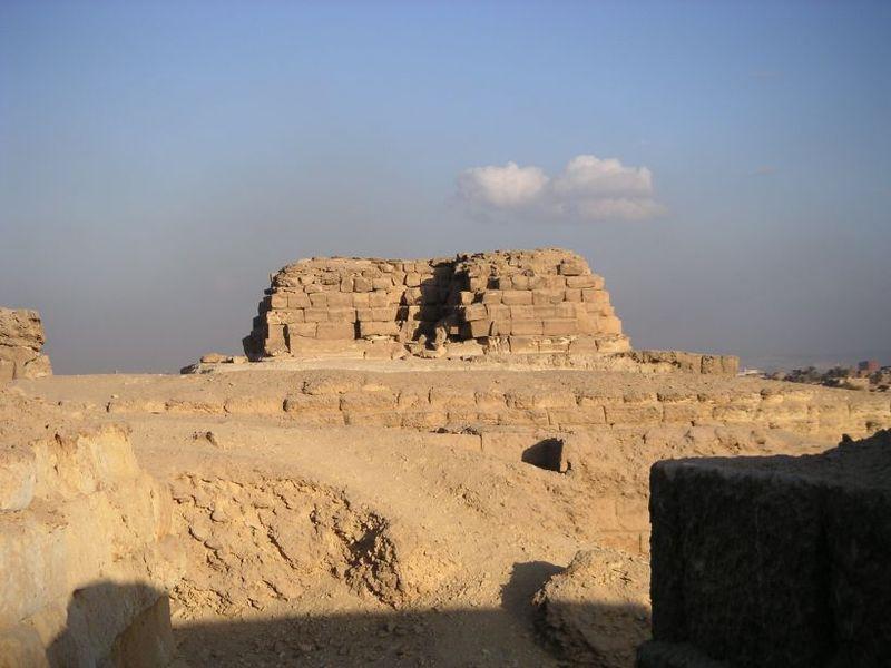http://upload.wikimedia.org/wikipedia/commons/thumb/3/3e/Pyramide_de_Khentkaous_Ire.jpg/800px-Pyramide_de_Khentkaous_Ire.jpg