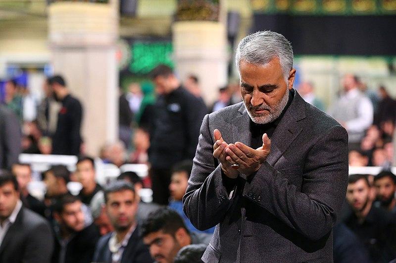 File:Qasem Soleimani Saying Prayer in Imam Khomeini Hossainiah02.jpg