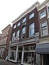foto van Hoekpand Ruitenstraat met lijstgevel. De gevel telt vier vensterassen, waarvan de derde van links als risaliet is behandeld en bekleed met hardsteen