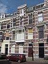 foto van Herenhuis in neo-renaissance trant. Gevel met natuurstenen banden, frontons boven de venster, maskerconsoles en houten erker op stenen consoles