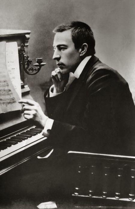 450px-Rachmaninoff_1900.jpg
