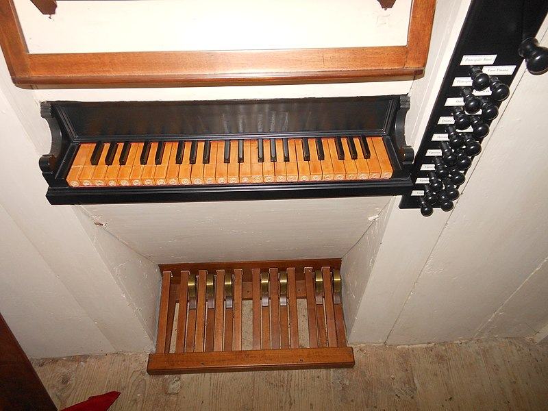 Datei:Ravascletto, Chiesa di San Matteo Apostolo, Organo Giovanni Battista Morassi, consolle.jpg