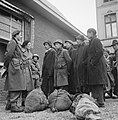 Repatrianten soreken met leden van de Binnenlandse Strijkrachten voor het St Lu, Bestanddeelnr 900-2206.jpg