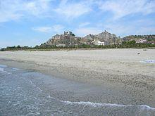 Panorama dalla spiaggia sulla rocca del Castello