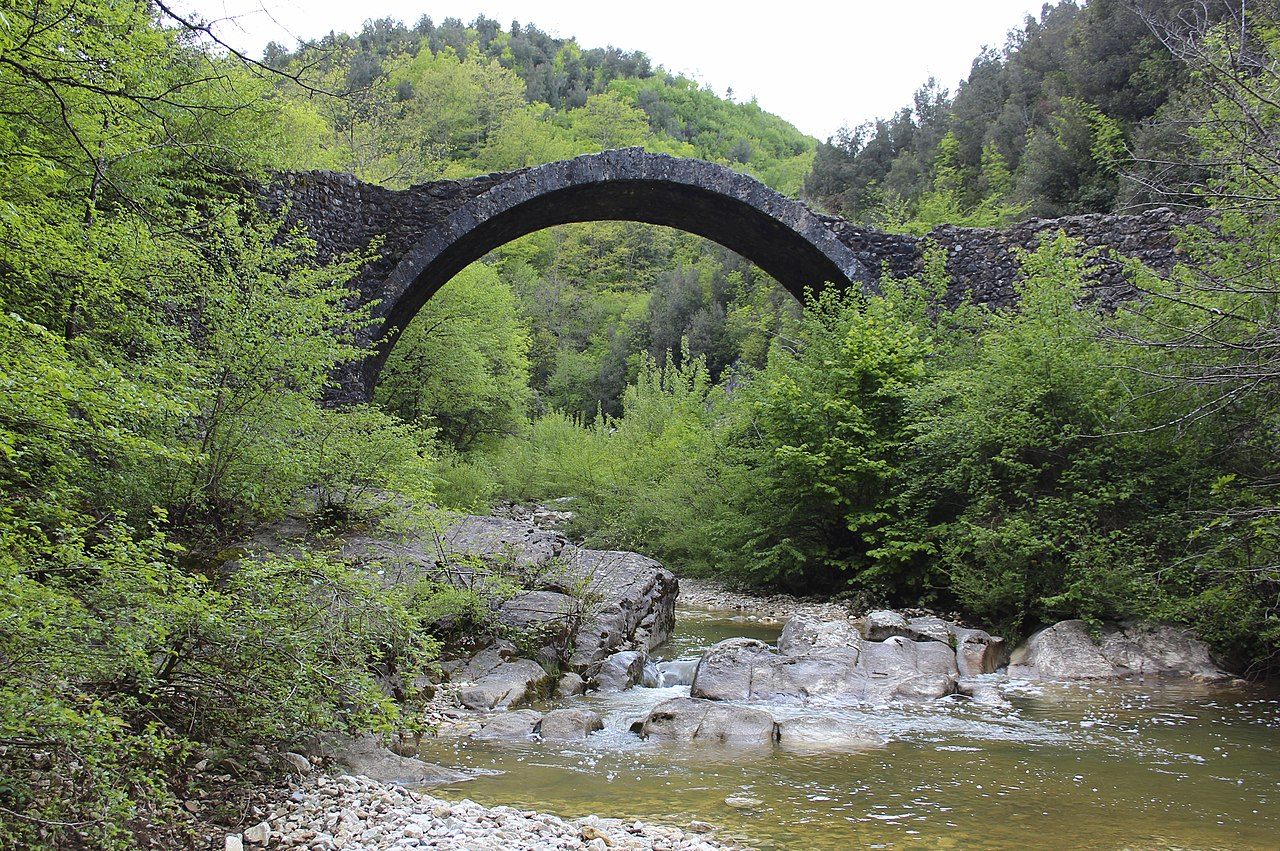 Ponte della Pia, Rosia. Il Ponte della Pia scavalca il torrente Rosia proprio al confine tra i comuni di Sovicille e di Chiusdino