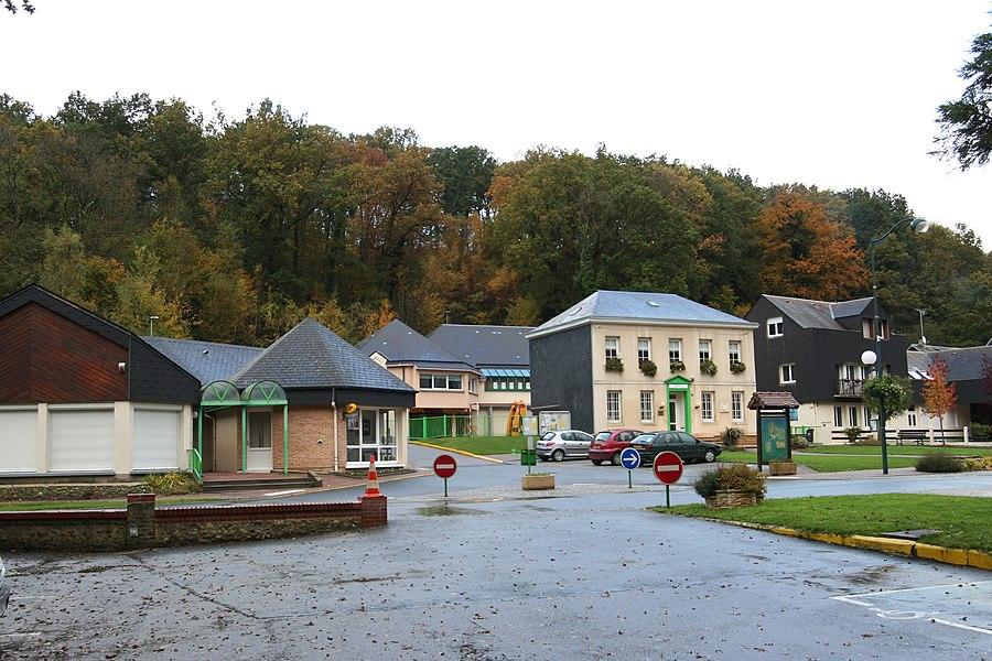 Le centre-bourg de Saint-Laurent-de-Brèvedent.