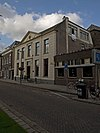 foto van Herenhuis met gepleisterde lijstgevel in Lod. XVI-trant