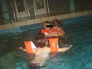 Kindergartenkinder mit Schwimmflügeln
